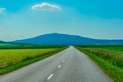 Пустая дорога к горам Стоковая Фотография