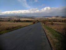 Пустая дорога к горам Sudety в Польше стоковые изображения rf