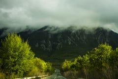 Пустая дорога к горе стоковые изображения rf