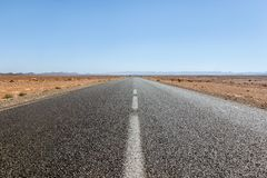 Пустая дорога пустыни в Сахаре стоковое изображение rf