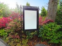 Пустая доска знака в парке Стоковая Фотография RF