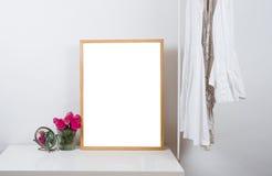 Пустая деревянная картинная рамка на таблице, модель-макет печати искусства Стоковое Изображение
