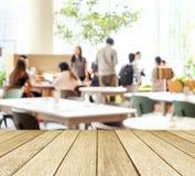 Пустая деревянная перспектива, столешница, над командой группы людей нерезкости Стоковые Изображения RF