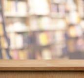 Пустая деревянная полка для дисплея продукта в книжном магазине Стоковая Фотография