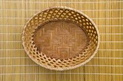 Пустая деревянная плетеная корзина плиты на таблице Стоковое фото RF