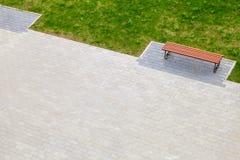 Пустая деревянная скамья в парке лета Стоковые Фотографии RF