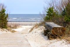 Пустая деревянная скамья около Балтийского моря в Jurmala, Латвии стоковая фотография rf