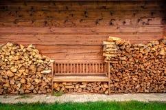 Пустая деревянная скамья с кучей швырка Стоковые Изображения RF