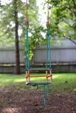 Пустая деревянная смертная казнь через повешение качания в саде лета Стоковое Изображение