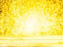 Пустая деревянная столешница палубы готовая для монтажа дисплея продукта с желтой предпосылкой bokeh освещения Стоковое Фото