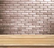 Пустая деревянная таблица и красная кирпичная стена в предпосылке продукт смещает Стоковые Изображения