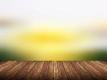Пустая деревянная таблица над запачканным абстрактным ландшафтом с предпосылкой bokeh Стоковые Изображения RF