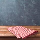 Пустая деревянная таблица палубы с красным цветом cheched скатерть над предпосылкой классн классного для дисплея монтажа продукта Стоковые Фотографии RF