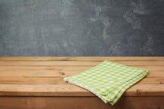 Пустая деревянная таблица палубы с проверенной скатертью над предпосылкой классн классного Стоковые Изображения