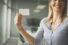 пустая женщина удерживания визитной карточки Стоковое Изображение