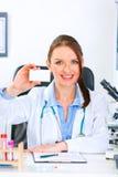 пустая женщина удерживания доктора визитной карточки Стоковая Фотография