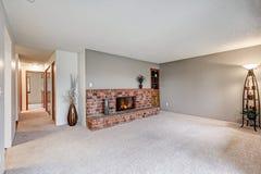 Пустая живущая комната отличает серыми стенами стоковые фотографии rf