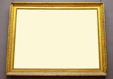 Пустая золотая смертная казнь через повешение картинной рамки на стене Стоковое Изображение