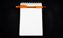 Пустая изолированные бумага и ручка примечания Стоковое Изображение