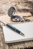 Пустая карманная книжка с ручкой чернил и карманным вахтой Стоковая Фотография RF