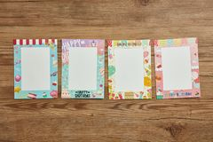 Пустая картинная рамка с дизайном дня рождения на деревянной предпосылке Стоковая Фотография