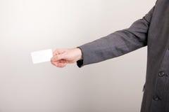 пустая карточка бизнесмена держа вне Стоковые Изображения