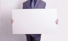 пустая карточка бизнесмена держа вне Стоковые Фотографии RF