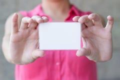 Пустая карточка в руке стоковое фото rf