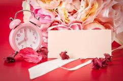 Пустая карточка и розовый будильник с розой пинка букета Стоковые Фото