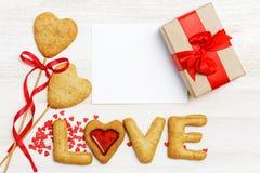 Пустая карточка, подарок обернутый в бумаге kraft и домодельные печенья Стоковые Изображения RF