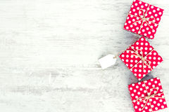Пустая карточка связанная над подарочной коробкой поставленной точки красным цветом Подарочные коробки поставленные точки красным Стоковые Изображения RF