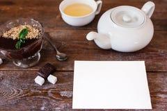 Пустая карточка с чайником и десертом на таблице Стоковое фото RF