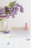 Пустая карточка украшенная с лентой шнурка около букета сирени Стоковые Фото