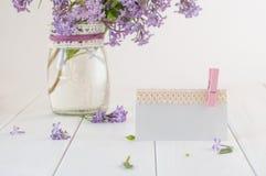 Пустая карточка украшенная с лентой шнурка около букета сирени Стоковое Изображение RF