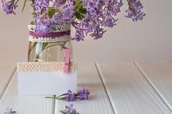 Пустая карточка украшенная с лентой шнурка около букета сирени Стоковое Фото