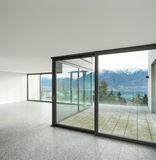 Пустая квартира, комната с окнами Стоковые Изображения