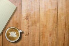 Пустая книга и горячий кофе над таблицей деревянной доски, космосом fo экземпляра Стоковая Фотография