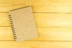 Пустая книга коричневого цвета на деревянном столе Стоковая Фотография RF