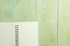 Пустая книга на деревянном столе Стоковое фото RF