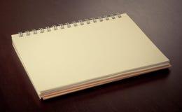Пустая книга на черной таблице Стоковая Фотография