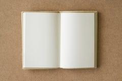 Пустая книга открытая на текстурированном коричневом Стоковое фото RF