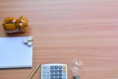 Пустая книга памяти с ручкой и копилка на деревянном столе Идея Стоковое Фото