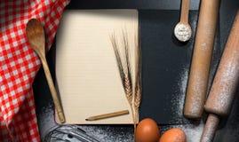 Пустая книга рецепта на предпосылке выпечки Стоковое Изображение RF