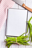 Пустая книга рецепта с зелеными фасолями Стоковая Фотография