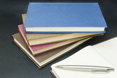 Пустая книга с ручкой на верхней части Стоковое Фото