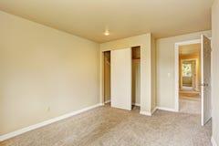 Пустая комната в мягких тонах цвета слоновой кости с шкафом Стоковая Фотография