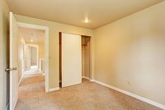 Пустая комната в мягких тонах цвета слоновой кости с шкафом Стоковое Изображение