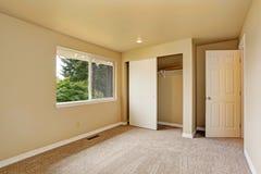 Пустая комната в мягких тонах цвета слоновой кости с шкафом Стоковые Изображения