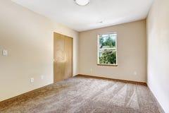 Пустая комната в мягкой слоновая кости с шкафом Стоковая Фотография