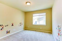 Пустая комната детей с покрашенными стенами Стоковые Изображения